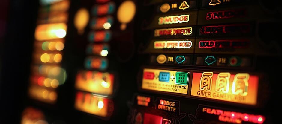 Spillemaskinerne eller slots kender du måske fra online kasino, fra en tur i en spillehal eller et kasino som dem i Las Vegas. Vi indrømmer gerne, at vi ikke har lige så mange forskellige varianter af spillemaskiner at vælge i mellem. Men de spillemaskiner, vi har, er sjove, underholdende og hyggelige.