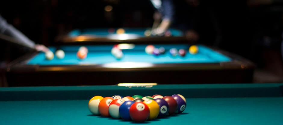Pool er ganske populær aktivitet hos Pub og Sport, hvor mange nyder den afslappede stemning, selvom bølgerne til tider kan gå lidt højt. Og heldigvis kan du altid nyde en omgang pool ved en af vores mange poolborde. Vi har faktisk hele 6 poolborde – og så er de helt nye.