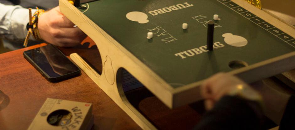Hos Pub og Sport kan du låne to forskellige, og det er meget forskellige, brætspil: det nok så kendte backgammon og det noget mere ukendte men innovative brætspil Klask.